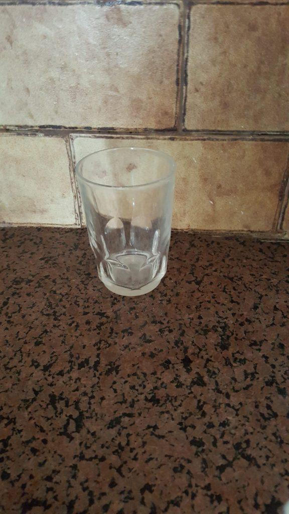 כוס שקופה על השיש - דוגמא לניגודיות לא טובה